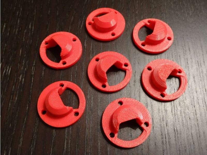 Cache plastique rouge fabriqué en impression 3D FDM.