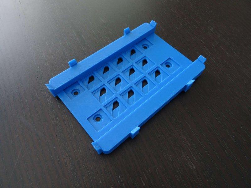 Pièce en plastique bleu imprimé en 3D par la technologie FDM.