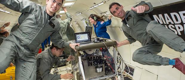 Spationautes fabriquant des objets avec une imprimante 3D dans l'espace.
